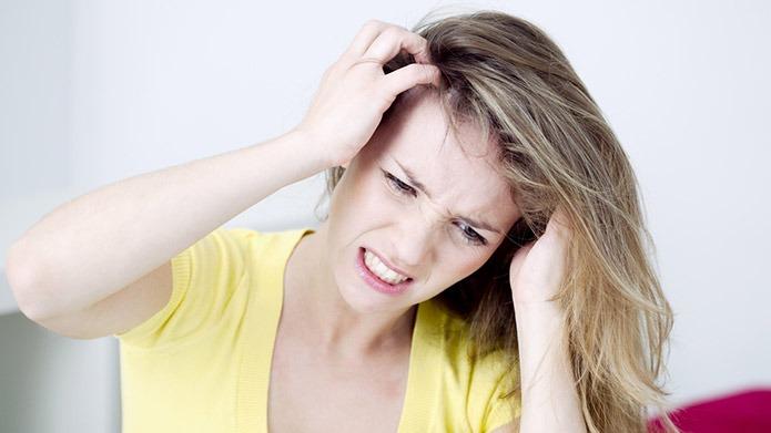 Prurito in testa e al cuoio capelluto  rischio di caduta capelli f7e74903cb42