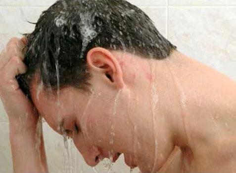 foto di un ragazzo con forte prurito alla testa e diradamento dei capelli precoce
