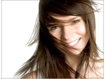 foto di donna che per rinforzare i capelli ha modificato l'alimentazione e assunto integratori